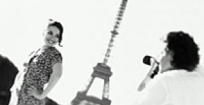 Couple at tour Eiffel - a man take a photo of a woman - cliché noir et blanc