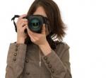 Une femme derrière son appareil photo