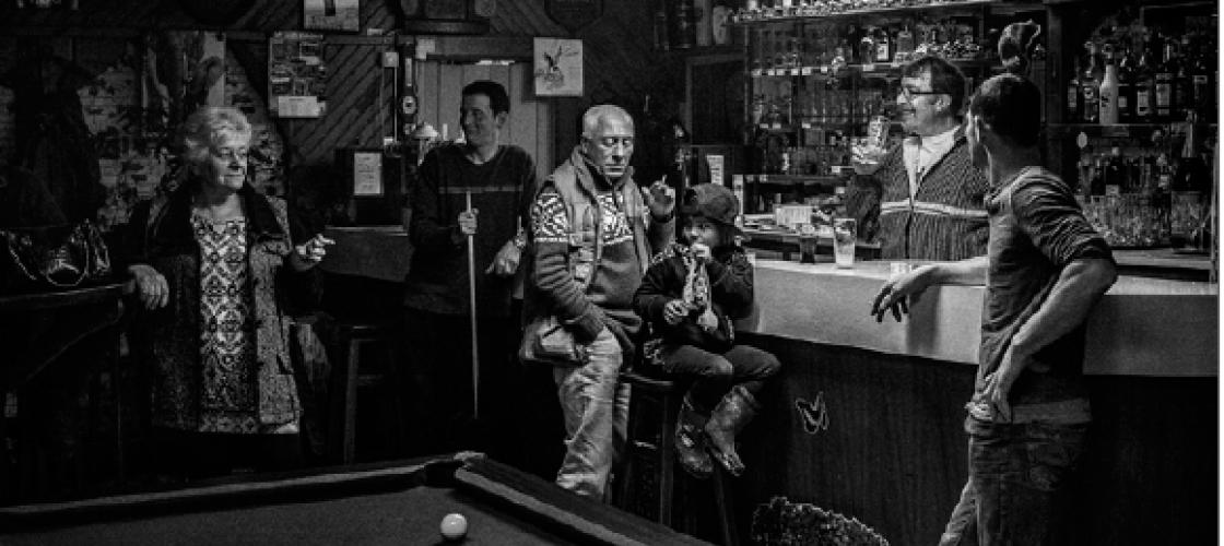 Ambiance d'un café de province Un billard, un comptoir avec des personnes âgées et un enfant